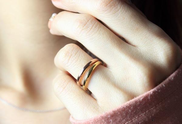 結婚式では婚約指輪の重ねづけがマナー